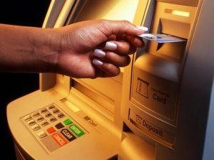 Вставка карты в банкомат